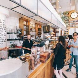consumenten in winkel